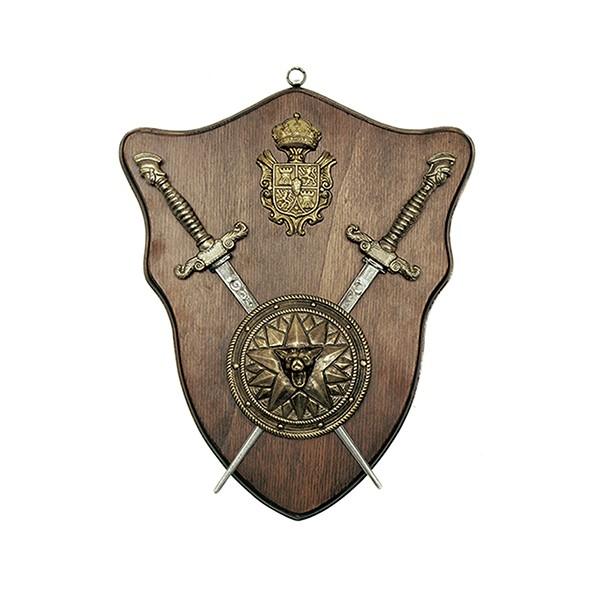 Panoplia de madera con cabeza de lobo y 2 dagas. Medida 33 x 28 cm. Peso 900 gr.