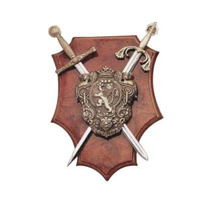 Panoplia madera escudo león con 2 mini espadas. Medidas 20 x 14 cm.
