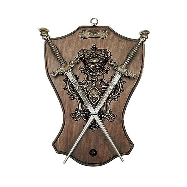 Panoplia de madera con escudo y 2 dagas. Medidas 29 x 23 cm. Peso 700 gr.