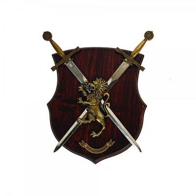 Panoplia León 2 dagas. Fabricada en madera. Medida: 27 x 20