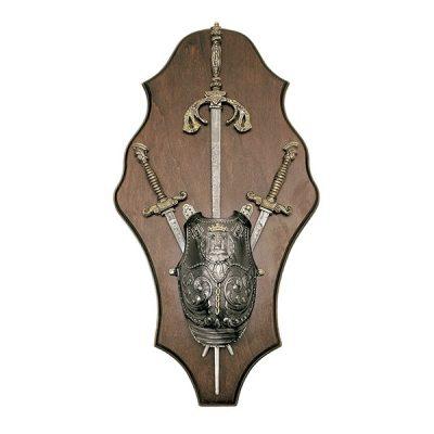 Panoplia de madera con pectoral espada Española y dos dagas. Medidas 52 x 29 cm. Peso 1.100 gr.