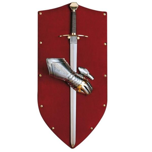 Panoplia en terciopelo rojo con espada y guantelete. Medidas 90 x 40 cm.